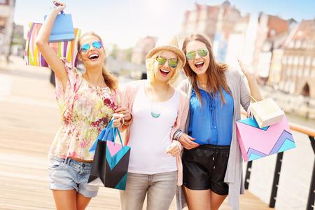 chicas de compras: Una foto de grupo de amigos de compras en la ciudad Foto de archivo