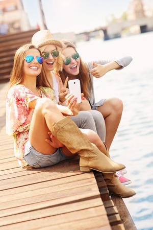 vertical: Una foto de grupo de amigos tomando selfie en la ciudad Foto de archivo