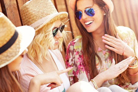 anillo de compromiso: Una foto de grupo de amigos admirando el anillo de compromiso