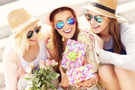 Una foto de un grupo de amigos haciendo un regalo sorpresa de cumpleaños Foto de archivo - 40532759
