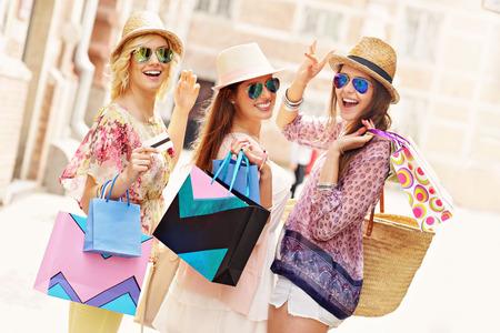 comprando: Una imagen de un grupo de amigos felices compras en la ciudad