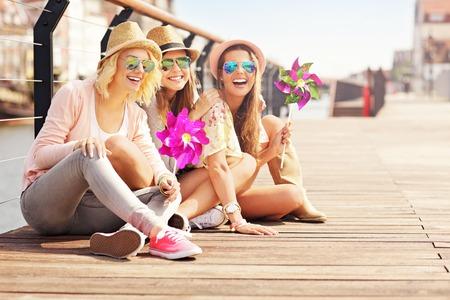 Een foto van een groep vrienden plezier in de stad