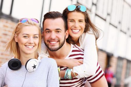 carita feliz: Una imagen de un grupo de amigos felices sonriendo a la cámara
