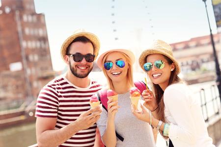 comiendo helado: Una foto de un grupo de amigos comiendo helado en frente de la rueda grande en Gdansk