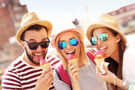 Een beeld van een groep vrienden het eten van ijs in de voorkant van grote wiel in Gdansk