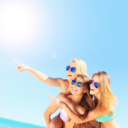 Gruppe von Frauen, die Spaß am Strand Standard-Bild - 42869128