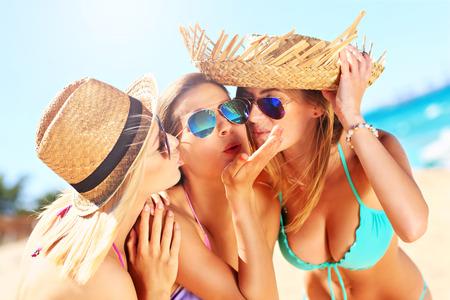 petite fille maillot de bain: un groupe de femmes ayant du plaisir sur la plage Banque d'images