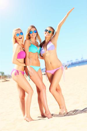 verticales: un grupo de mujeres que se divierten en la playa