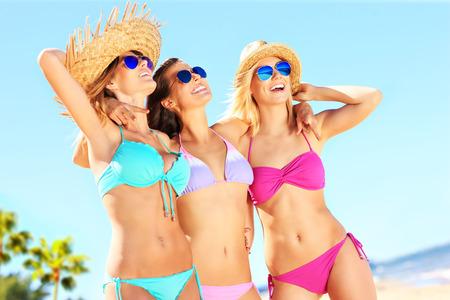 ビーチでの楽しみを持っている女性のグループ