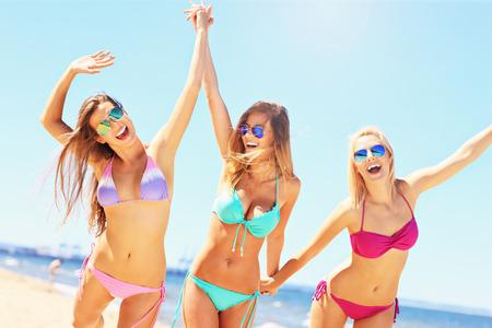 groep van sexy vrouwen met plezier op het strand Stockfoto