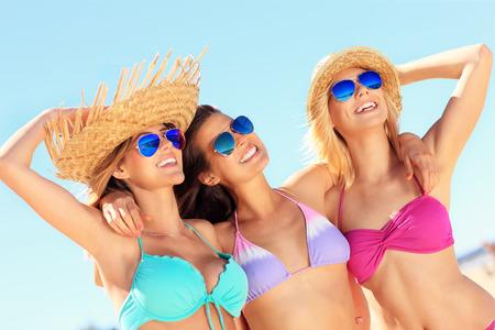 petite fille maillot de bain: groupe de femmes sexy amusent sur la plage Banque d'images