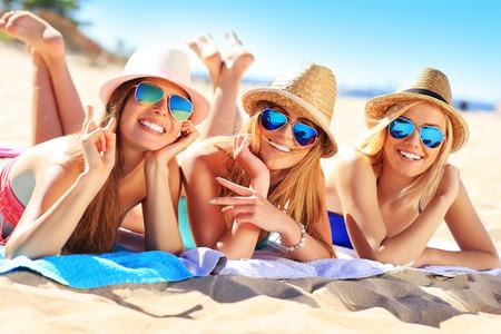 Een beeld van een groep vrienden te zonnebaden op het strand Stockfoto