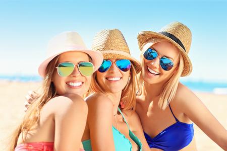 해변에서 재미있는 여성 그룹의 사진