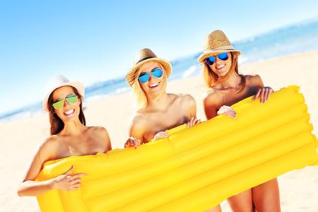 nudo integrale: Una foto di un gruppo di donne che hanno divertimento sulla spiaggia Archivio Fotografico