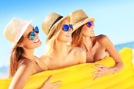 nue plage: Une image d'un groupe de femmes ayant du plaisir sur la plage