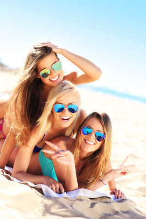 A picture of a group of women having fun on the beach Standard-Bild