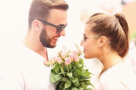 donna innamorata: Una stretta di una coppia romantica con fiori
