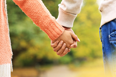 Ein Bild von einem Paar Hand in Hand im Park Standard-Bild - 47198940