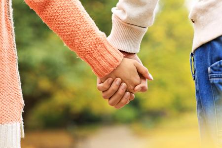 tomados de la mano: Una foto de una pareja de la mano en el parque