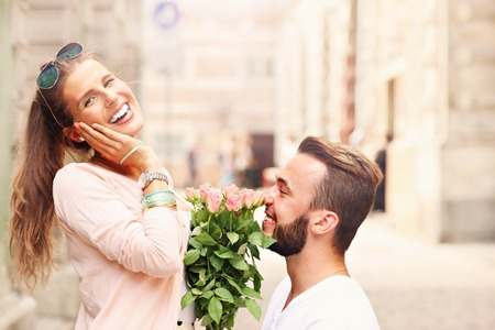 mujer con rosas: Una imagen de una pareja romántica siendo ocupado en la ciudad