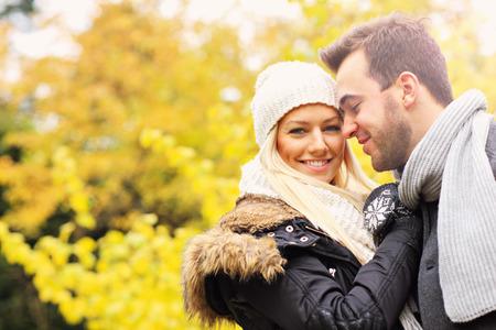 parejas romanticas: Una imagen de una joven pareja romántica en el parque en otoño