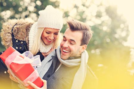 lazo regalo: Una imagen de una joven pareja con un regalo en el parque