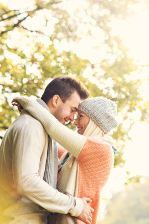 parejas romanticas: Una imagen de una pareja rom�ntica joven abrazos en el parque en oto�o Foto de archivo