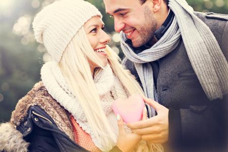 romance: Obraz młodego szczęśliwa para gospodarstwa serca