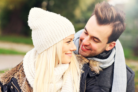 femme romantique: Une image d'un jeune couple romantique étreindre dans le parc à l'automne
