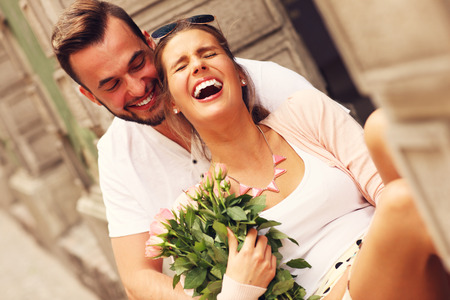 mujer con rosas: Una imagen de una joven pareja romántica pasar tiempo romántico en la ciudad Foto de archivo