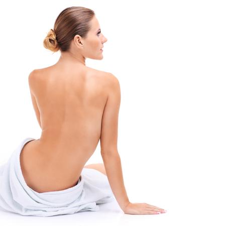Een foto van een sensuele vrouw in een witte handdoek over witte achtergrond Stockfoto