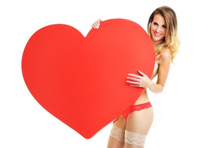 mujer sexy desnuda: Una imagen de una mujer sexy de San Valentín con un corazón de más de fondo blanco Foto de archivo