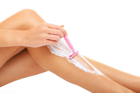 Ein Bild von einer sinnlichen Frau Beine rasieren auf weißem Hintergrund Standard-Bild - 49758870