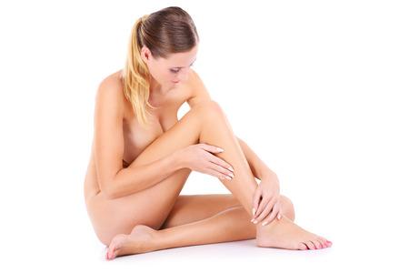 mujer desnuda: Un retrato de la feliz mujer desnuda sentada sobre fondo blanco