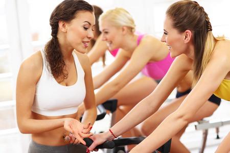 clases: Imagen del grupo de mujeres deportivas en clase de spinning