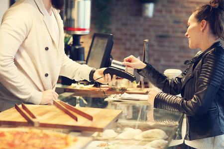 pagando: Imagen de la mujer el pago con tarjeta de crédito en el restaurante