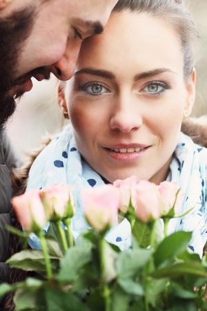 Immagine di coppia romantica su appuntamento con i fiori