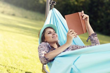 Beeld van de jonge vrouw ontspannen in hangmat Stockfoto - 59455876