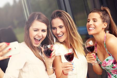 saúde: Imagem apresentar grupo de amigos felizes com vinho tinto tomada selfie Banco de Imagens
