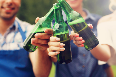 Beeld presenterende groep vrienden met bier tijdens bbq-feest Stockfoto - 60417889