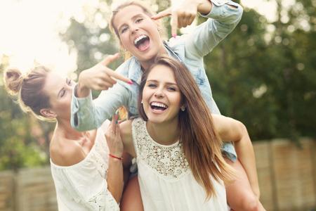 アウトドアの楽しみを持っている女性の幸せなグループを提示画像 写真素材