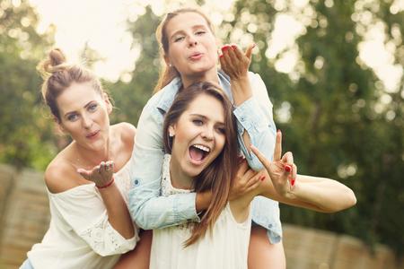 mujeres felices: Imagen presentar feliz grupo de mujeres que se divierten al aire libre