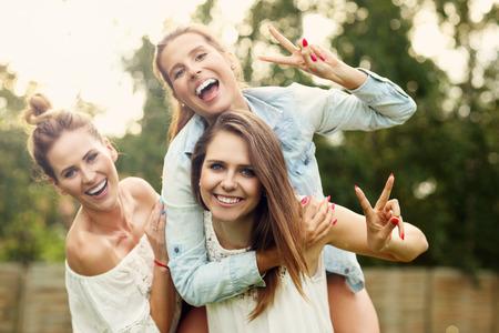 야외 재미 여성의 행복 그룹을 제시 사진 스톡 콘텐츠