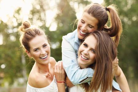 Foto presenteren gelukkige groep vrouwen plezier buitenshuis Stockfoto