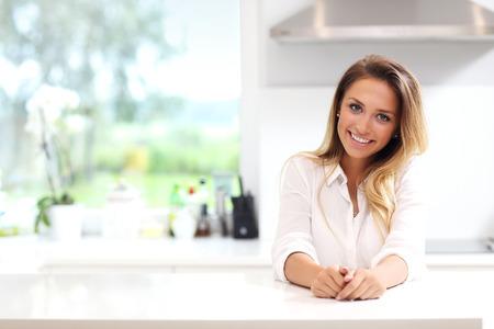 Zdjęcie młodej kobiety w kuchni