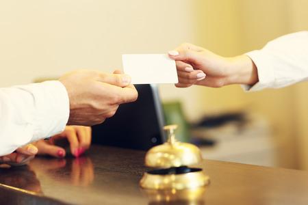 Beeld van de gasten krijgen key card in het hotel