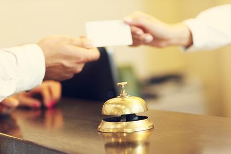 Foto van gasten die een sleutelkaart in het hotel krijgen