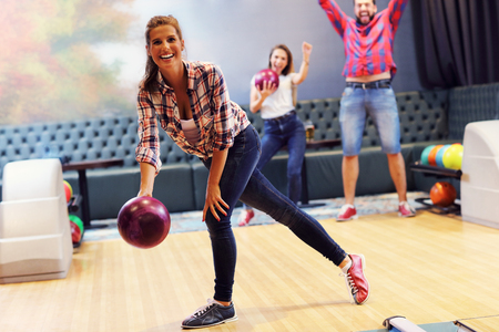 Picture showing friends playing bowling 版權商用圖片