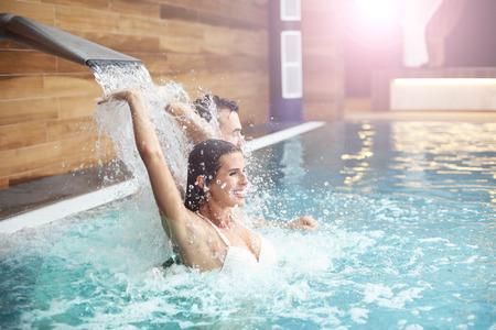 수영장 스파에서 편안한 행복한 커플의 그림 스톡 콘텐츠