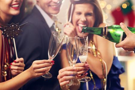 Imagen que muestra un grupo de amigos que celebran Año Nuevo Foto de archivo